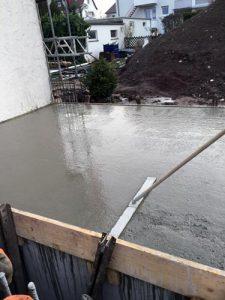 Frisch gegossener Beton wird abgezogen